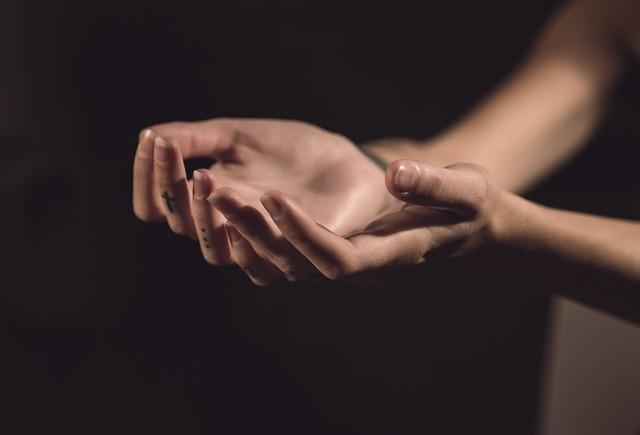 hands-1044882_640